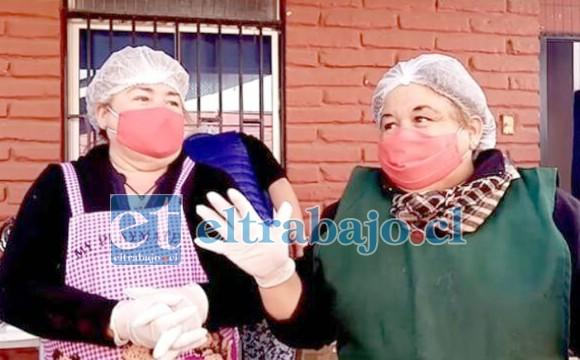 FUERZA CHIQUILLAS.- Aquí vemos a las Hermanas Videla Silva, en plenas labores en su Comedor Solidario de Población El Esfuerzo.