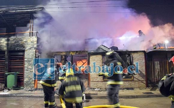 Los incidentes culminaron con el incendio de cuatro viviendas en la Villa 250 Años, además de serios disturbios que se prolongaron durante la noche del domingo y madrugada del lunes.