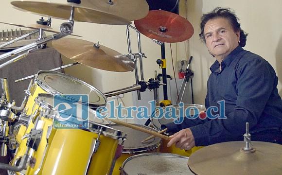 ESTAY IMPARABLE.- Aquí vemos a Jorge Estay ofreciéndonos una sesión demostrativa de su trabajo como baterista. Él ideó un sistema para atar la baqueta a su brazo, así logra tocar con gran contundencia.