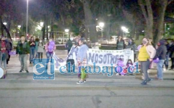 Las personas protestando en la plaza de armas de Santa María.