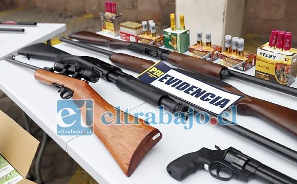 Armas largas, cortas, cartuchos incautados en esta operación por la PDI en conjunto con la fiscalía local San Felipe.