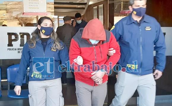 El imputado saliendo del cuartel de la PDI cuando fue detenido.