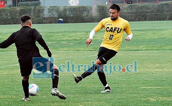 El central Gonzalo Villegas intenta pasar el balón frente a la oposición de un delantero 'canario'.