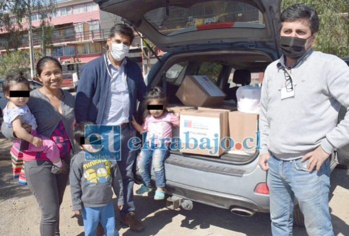 FAMILIAS AGRADECIDAS.- Carlos Rojas, Iván Gutiérrez y Renso Farías, los tres voluntarios del programa Migrantes, entregaron la tarde de este martes más cajas a familias migrantes en Departamentos Encón.
