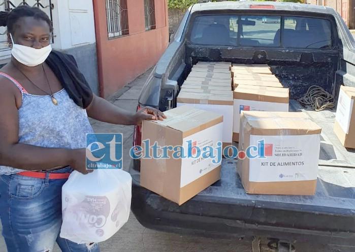 JUSTO A TIEMPO.- Los migrantes haitianos, peruanos, venezolanos y ecuatorianos, entre otras nacionalidades, están aliviadas con estas cajas de mercadería e insumos de aseo para adultos mayores también.