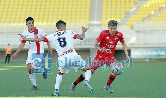 Tomás Lanzini intenta frenar el avance de un jugador de Ñublense. (Foto: Felipe Venegas/Ñublense)