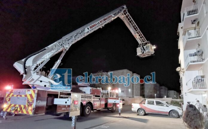 LA INTERNACIONAL.- Las maniobras de rescate tardaron dos horas, este simulacro sirvió para detectar virtudes y aspectos que mejorar tanto de la unidad de escala mecánica, como del proceder de los bomberos en escena.