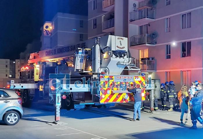 SIEMPRE MEJORANDO.- Más de diez bomberos participaron en este simulacro desarrollado en el Condominio Parque San Felipe ubicado en Diego de Almagro.