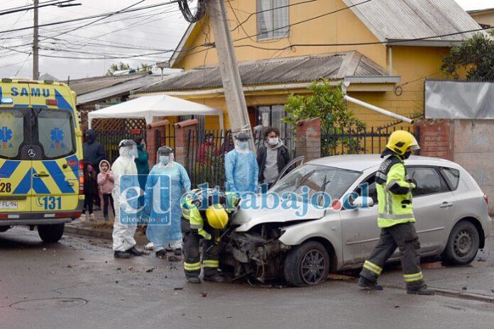 ¿DEBE MORIR ALGUIEN?.- Recientemente este automóvil se estrelló contra este poste a gran velocidad. Los vecinos aseguran sentir mucho temor con este tipo de conductores en tan insegura avenida.