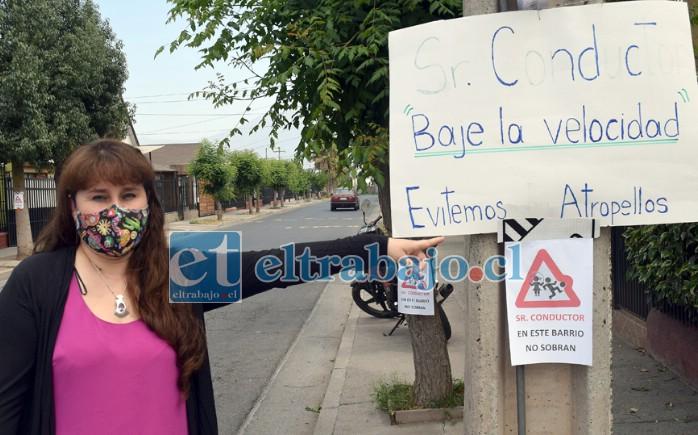 VECINOS DESESPERADOS.- Johana Gajardo muestra a Diario El Trabajo las improvisadas señaléticas que ella y sus vecinos han instalado en el barrio.