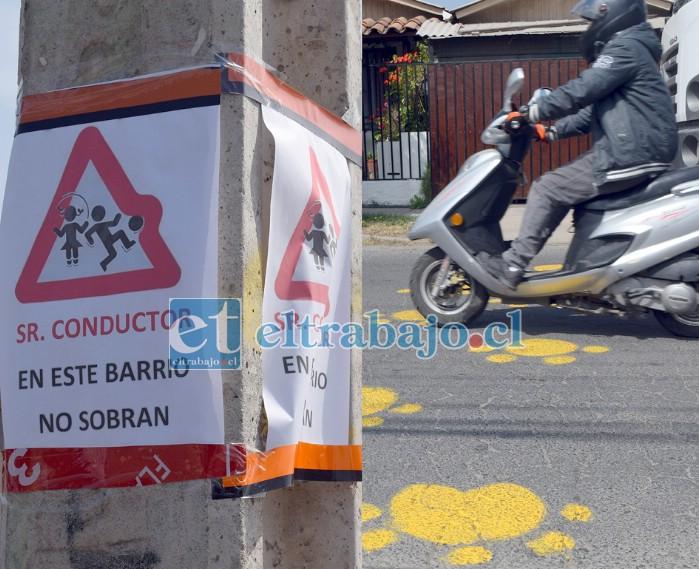 CAMPAÑA EN PROCESO.- En todas partes los vecinos ponen anuncios, y hasta huellas amarillas en el pavimento.