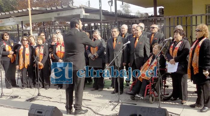 SUERTE CHIQUILLOS.- Aquí tenemos a los integrantes del Coro Adulto Mayor de San Felipe, cuando se presentaba en actividades abiertas antes de la pandemia.