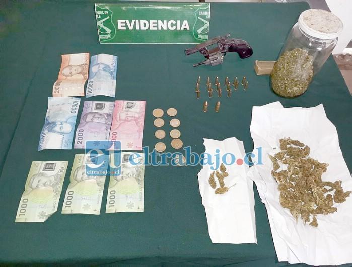La droga, el dinero y el arma incautada.