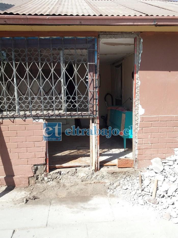 DAÑOS ESTRUCTURALES.- Así quedó la vivienda de Cristian Olivares luego que un auto se estrellara este sábado en la tarde.