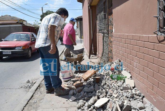 MANOS A LA OBRA.- La mañana de este martes don Cristian y otro vecino trabajaban arduamente para reparar los daños causados.