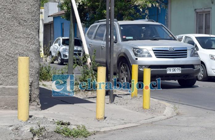 TRABAJO A MEDIAS.- Estos pequeños postes antes tenían un propósito, el Municipio al cambiar el sentido de las calles, hizo que ahora de nada sirvan.