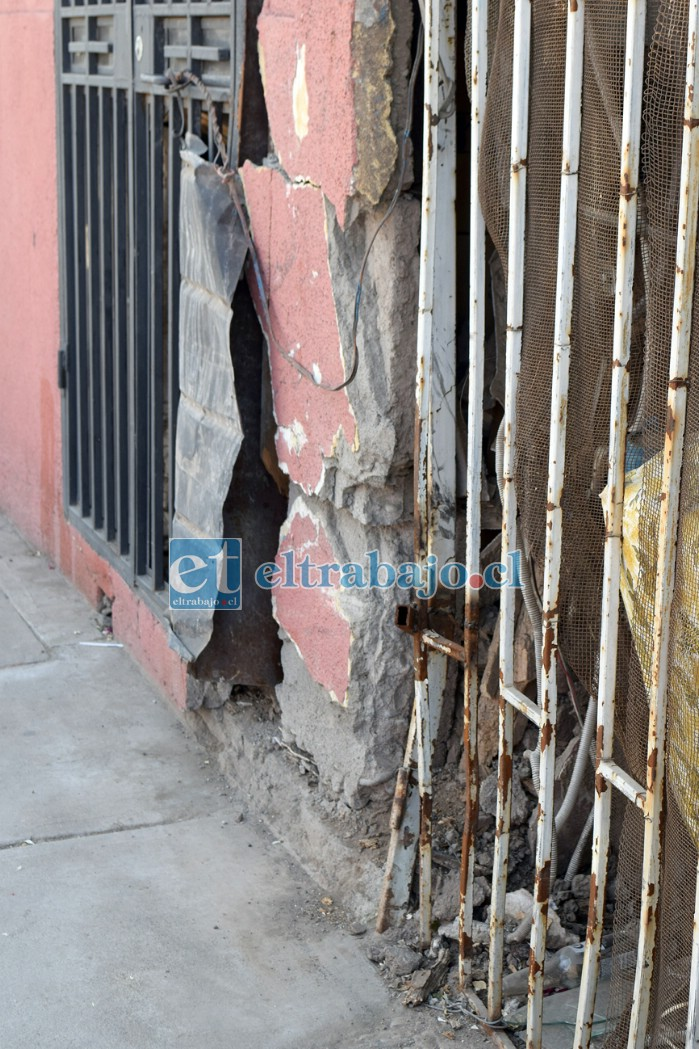 TIERRA DE NADIE.- Al frente de la casa de don Cristian está esta otra vivienda, igual dañada por otro vehículo hace meses.