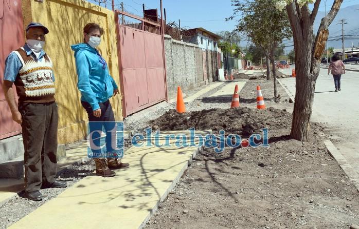 ESPERAN REPARACIÓN.- Estos vecinos de Población Hermanos Carrera Orolonco en la avenida del mismo nombre, muestran a Diario El Trabajo los escombros de su pavimento, una vez que la empresa constructora lo removió.