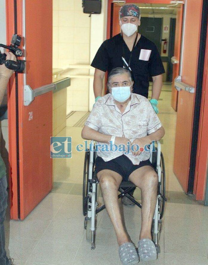 Carlos Araya, paciente que este viernes obtuvo el alta médica para regresar a su domicilio, luego de permanecer más de 130 días hospitalizado, por fin regresó a casa.