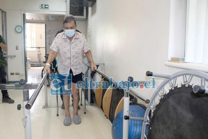 Don Carlos ingresó con varias condiciones de salud que complicaron su estado, razón por la que estuvo en la Unidad de Cuidados Intensivos ayudado por ventilación mecánica, en la Unidad de Tratamiento Intermedio y finalmente en el Servicio de Medicina Respiratoria.