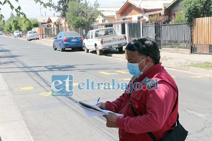 VIENE RESALTO.- Varios funcionarios del Departamento de Tránsito se constituyeron en terreno para evaluar la solicitud de los vecinos, específicamente en Avenida Chile.