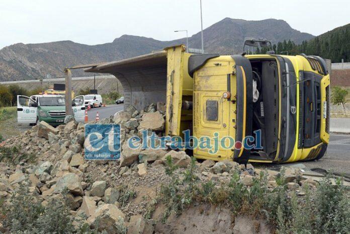 LA ROTONDA MALDITA.- Nuevamente en la rotonda Lo Campo vuelve a ocurrir otro volcamiento de camión, esta vez se trató de esta tolva cargada de mineral.
