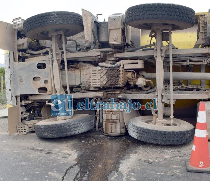 PELIGROSO ESCENARIO.- El combustible del pesado camión se derramó, pero no hizo explosión.