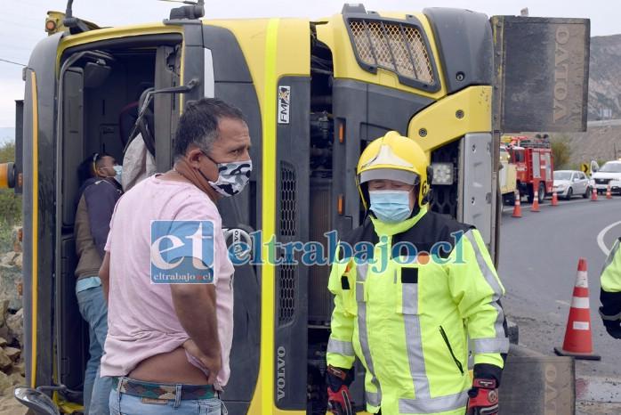 EN EL LUGAR.- Las cámaras de Diario El Trabajo registran el momento en que este bombero le informa al conductor que ya puede hacerse cargo de su camión y retirarlo del lugar.