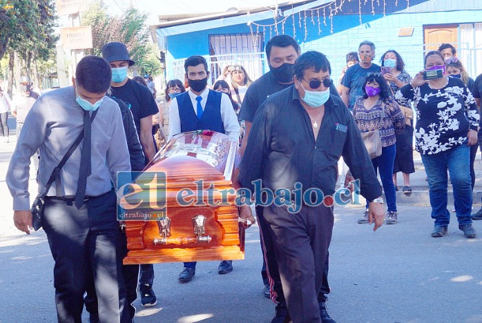 AMARGO TRAGO.- Aquí vemos al papá de Sandra, Juan Pizarro, quien cargó el féretro de su hija acompañado de familiares y amistades de la profesora.