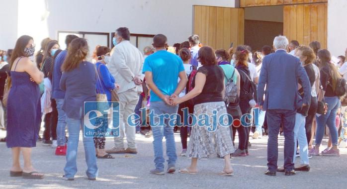 Al final, sólo 50 personas pudieron ingresar a la capilla a raíz de las medidas sanitarias de la actual Fase 3.
