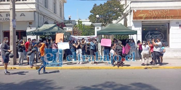La comunidad educativa del Liceo Parroquial de Rinconada de Los Andes se manifiesta en el frontis de las oficinas del Obispado ubicadas en calle Merced, frente a la plaza de Armas de San Felipe.