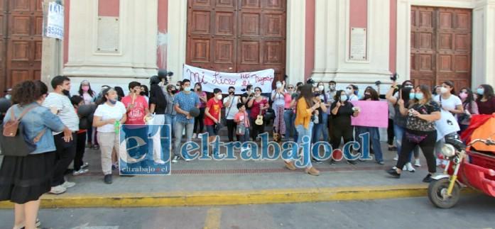 La manifestación también se llevó a efecto frente a la Catedral de San Felipe ubicada en calle Prat con Coimas.