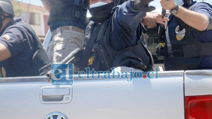 FUEGO CRUZADO.- Aquí los agentes de la Bicrim están respondiendo a escopetazos los ataques en su contra.