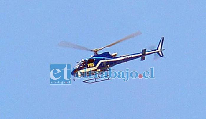 'OPERACIÓN 4 VILLAS'.- Un helicóptero de la PDI Santiago también guió desde las alturas el lugar, para evitar fugas de los sospechosos.