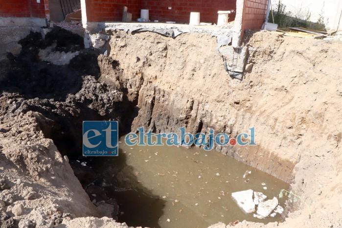PANTANO MIRADOR.- Estas son las napas subterráneas que hay debajo de algunas viviendas, se especula que toda la población está construida sobre un enorme pantano.