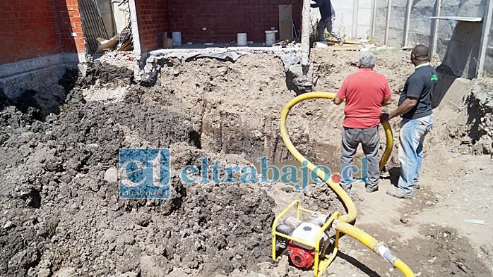 PELIGRO OCULTO.- La tarde de este miércoles las cámaras de Diario El Trabajo registraron el momento cuando empleados de la constructora sacaban el agua del foso.
