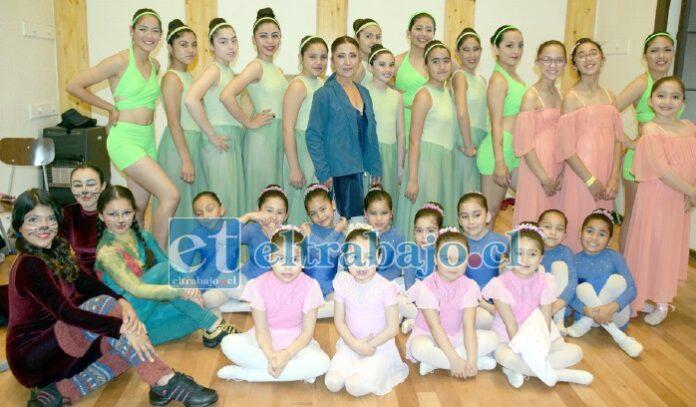 CULTURA PARA TODOS.- Cientos de niñas de nuestra comuna han logrado presentar sus galas de ballet en las instalaciones Buen Pastor junto a su profesora Patricia Castro. (Archivo)