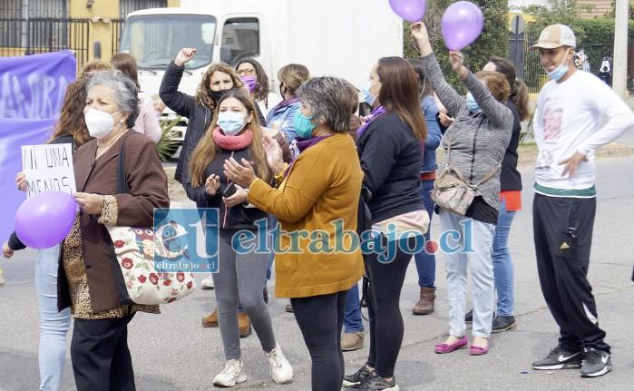 APOYO TOTAL.- Decenas de personas se manifestaron frente al Hospital San Camilo para apoyar a la profesora Sandra Pizarro. Anoche hubo una Velatón.
