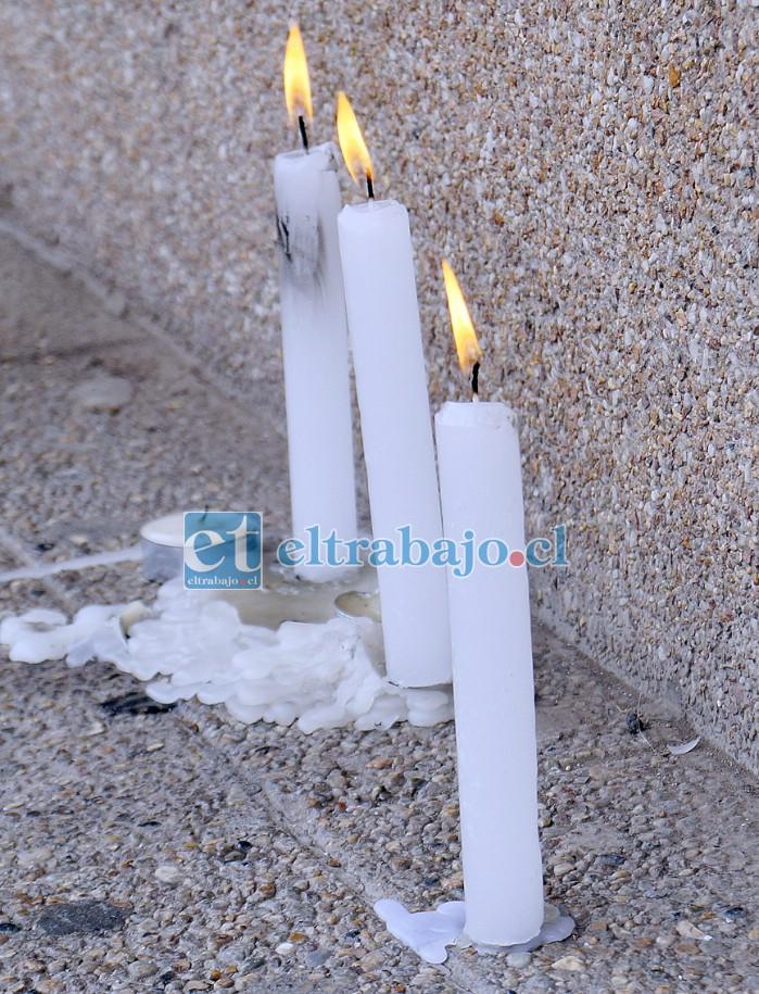 Fe y esperanza.- Las velas encendidas frente al Hospital San Camilo son la muestra de apoyo hacia una educadora de Básica, quien permanece con muerte cerebral en la UCI.