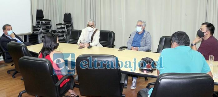El alcalde Christian Beals, junto a los concejales Igor Carrasco y Juan Carlos Sabaj, en reunión con integrantes de la agrupación Aconcagua Pedalea.