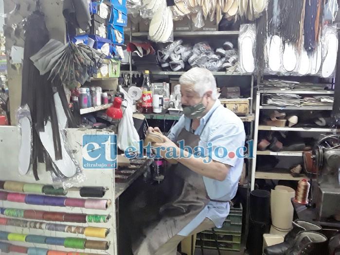 Ricardo Caro en su lugar de trabajo, la zapatería.