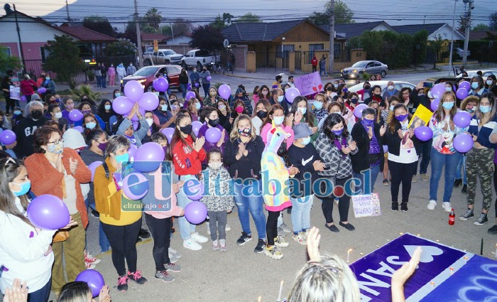 GRAN VELATÓN.- Más de 150 personas se dieron cita este martes en la noche en el frontis del Hospital San Camilo para dar fuerza a quien está con muerte cerebral.