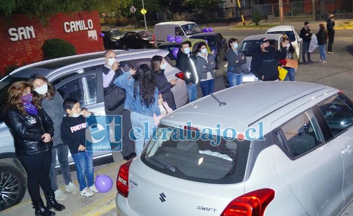 MASIVO APOYO.- Familias enteras llegaron al lugar, casi colapsaron la entrada del portón principal al estacionamiento del centro hospitalario en Avenida Miraflores.