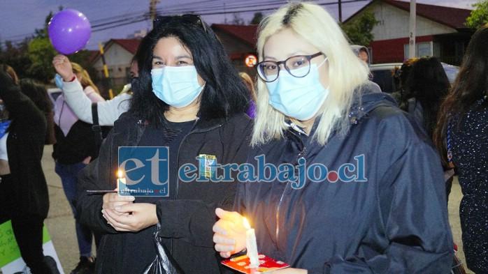 SIGUEN REZANDO.- Muchas personas también con sus velas en mano cantaron y rezaron el Padre Nuestro frente al hospital sanfelipeño.