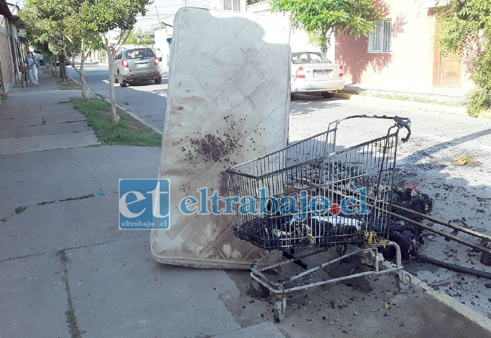 El colchón manchado y restos de ropa quemada presentes en el lugar como evidencia.