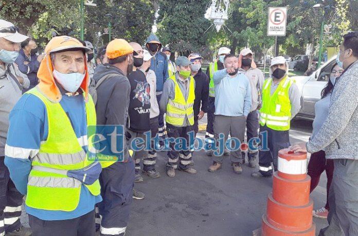 Los trabajadores reunidos después de conversar con el alcalde Christian Beals Campos.