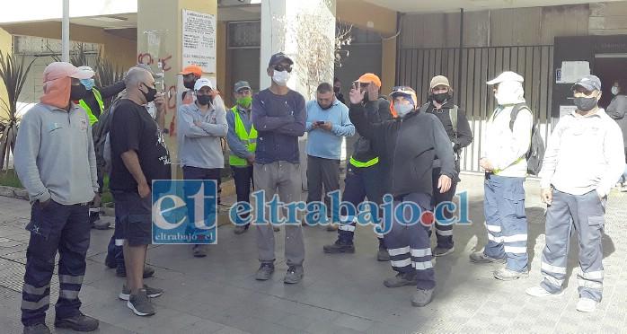 Los trabajadores protestando frente a la Municipalidad de San Felipe, aseguraron estar cansados de ser tramitados por su empleador.