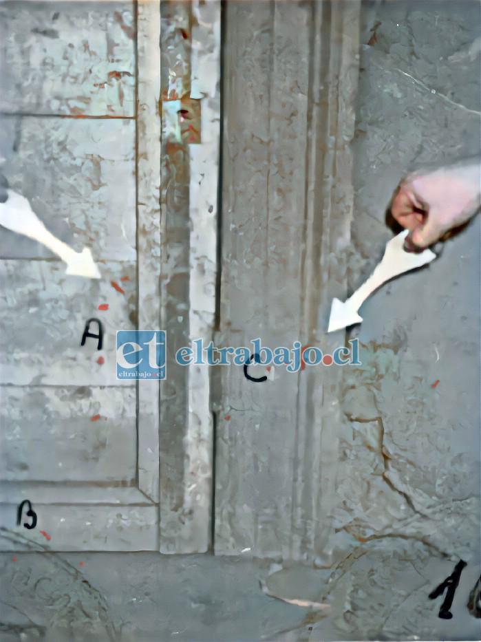 MARCAS DE SANGRE.- Aquí vemos manchas de sangre en el lugar donde fue asesinado Amar, según pruebas de la Policía recabadas en esos años.
