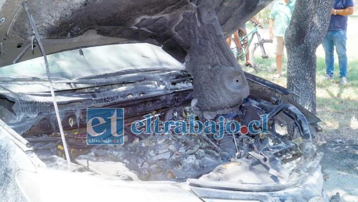 PÉRDIDAS TOTALES.- Así quedó el motor del auto personal de la directora de Fundación María Ayuda, Carol Cisternas.