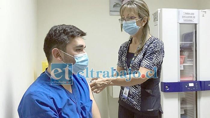 El técnico en Enfermería Rodrigo González fue el primer vacunado, quien aseguró estar esperanzado en los resultados dado el constante riesgo de su trabajo.